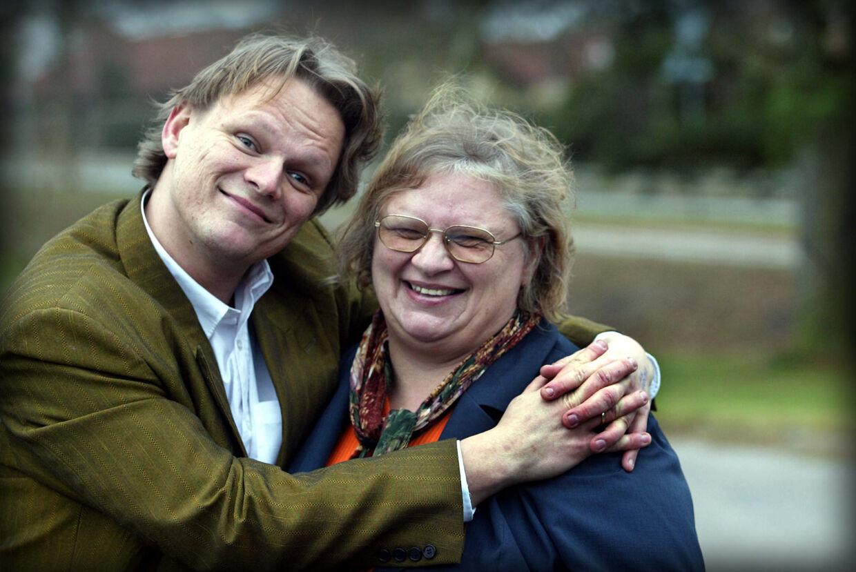 Sigurd Barrett har altid vidst, at han er adopteret. Da han blev 18 år, fik han sin biologiske mors navn. Fem år senere tog han kontakt. Her ses han i 2002 med sin mor Lisbeth Skovgård.