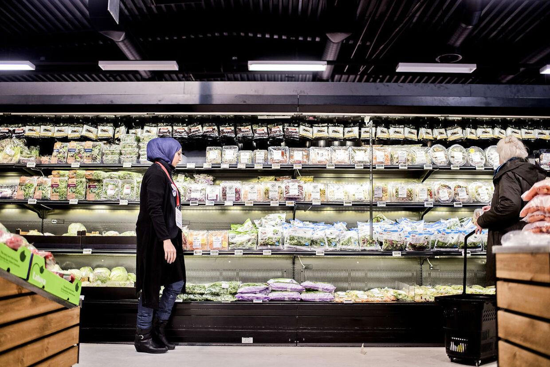 BMINTERN - Mindst 14.000 flygtninge og familiesammenførte skal finde plads i et integrationsforløb i en virksomhed i 2016. Dansk Supermarked er langt fremme med at få flygtninge i sprogpraktik. Foreløbig har de 300 flygtninge ude primært i Bilka, men også i Føtex og enkelte Nettobutikker. Her ses Sabhana på 29, som har arbejdet i Bilka i Hundige siden november. Hun har boet i Danmark i fire år. Hun bor i Hundige med sin mand og to børn.