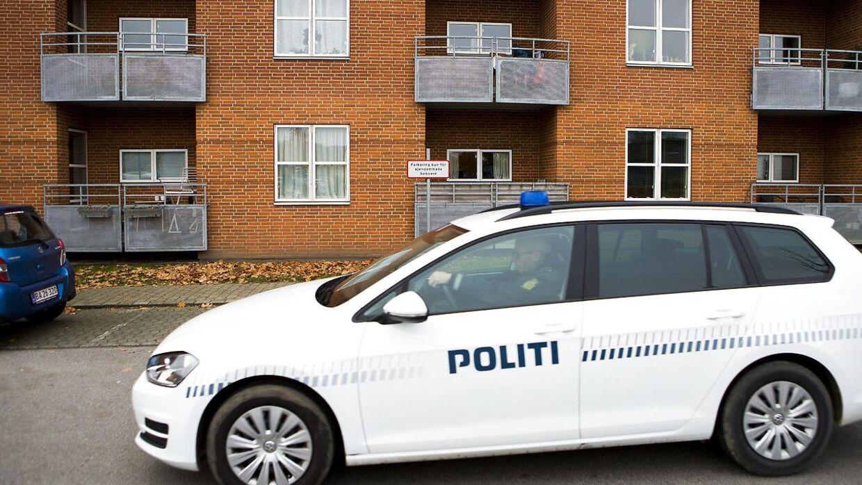 Politi ved boligblokken på adressen Reberbanen 2 i Aabenraa hvor politiet natten til mandag fandt ligene af mor og to døtre i en fryser.
