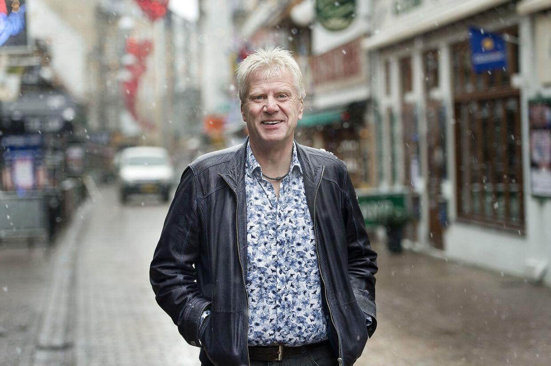 Ole Nielsen var i 33 år restauratør i Aalborgs kendte Jomfru Ane Gade. Lørdag udgives hans nye bog, hvor han blandt andet forsvarer sin søn, den tidligere AaB-målmand, Jimmy Nielsen, i gammel konkurssag.