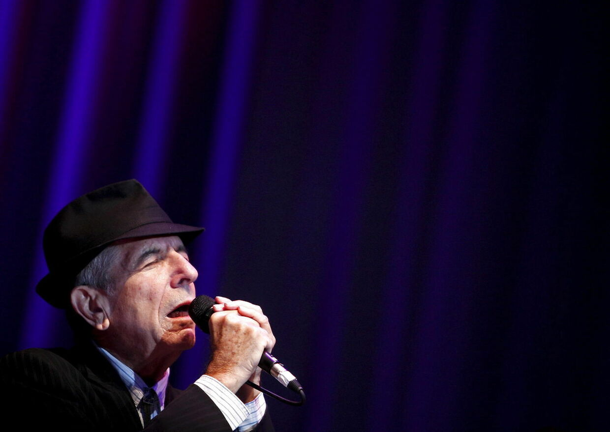 epa05626119 (FILE) A file picture dated 19 July 2008. shows Canadian singer Leonard Cohen performing during a concert in Lisbon, Portugal. Leonard Cohen has died aged 82 on 10 November 2016. EPA/TIAGO PETINGA