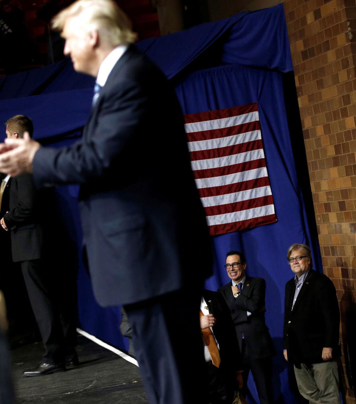 Stephen Bannon (th) så til, mens Donald Trump talte ved et vælgermøde i Ohio under valgkampen.