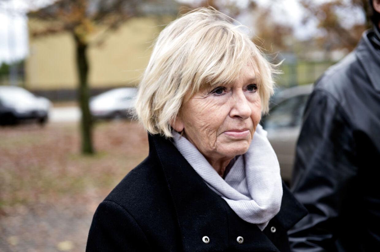 Mimi Jakobsen ankommer til Peter Brixtoftes bisættelse fra Stavnsholtkirken i Farum.