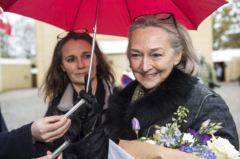 Peter Brixtofte bisættes fra Stavnsholtkirken i Farum. Her Harald Nielsens enke, Rudi Nielsen.