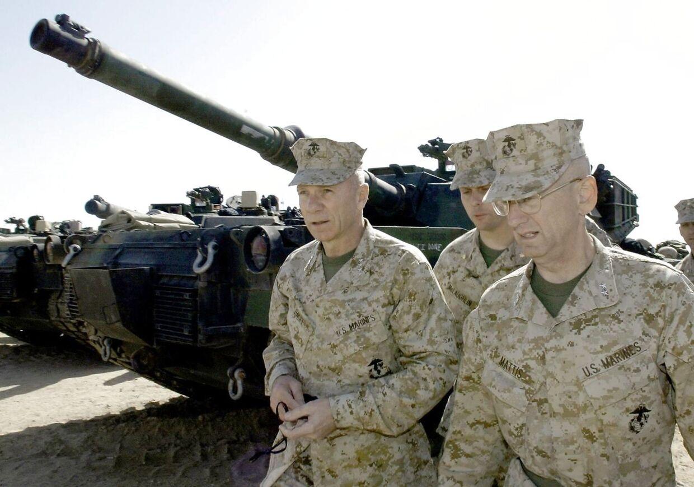 James Mattis (til højre) i ørkenen i Kuwait i 2003 før invasionen af Irak.