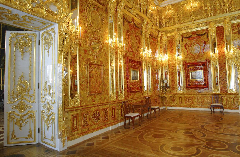 Det forsvundne ravkam er blevet genopbygget i Katharina-paladser i St. Petersburg. Billedet er taget i 2003 - kort før, at det genopbyggede kammer blev åbnet.