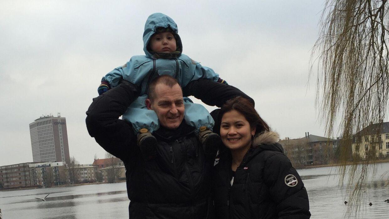 Peter Kjær og hans kone Lea Kjær sammen med deres lille søn, Sebastian, der mandag blev glemt af børnehaven Hestestalden.