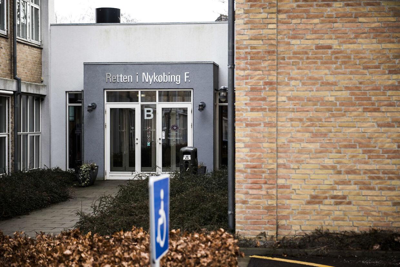 Anklagerne om sexmisbrug af en 13-årige stedsøster mod den 25-årige kvinde og hendes daværende kæreste skal afgøres af en domsmandsret ved retten i Nykøbing Falster.
