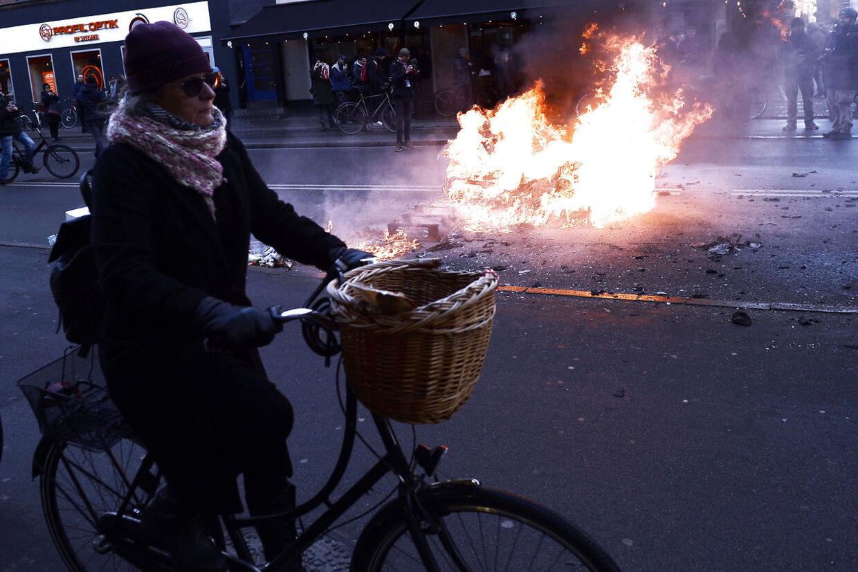 Bål på Nørrebrogade som modsvar på Pegida demonstration lørdag d. 3 december 2016. (Foto: Olafur Steinar Gestsson/Scanpix 2016)