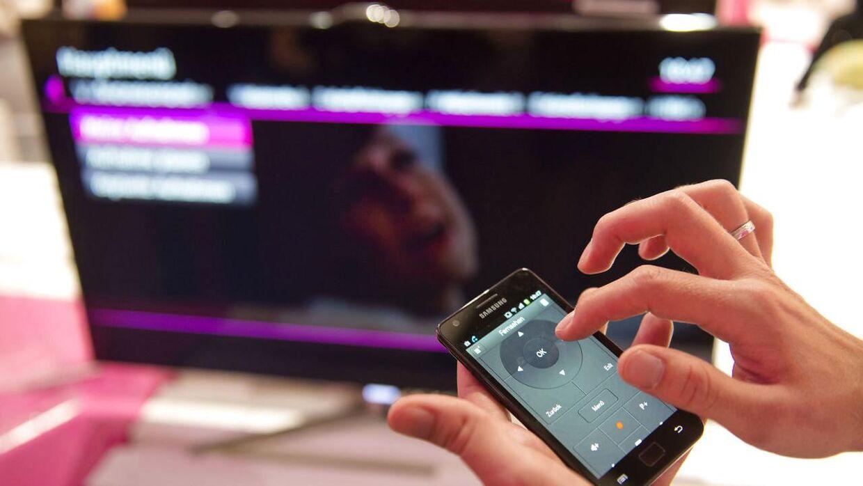 Mange sidder med deres telefon, når de ser tv. En ny teknologi kan gøre, at tv'et udsender lydsignaler, som telefonen opfanger. Herefter får du reklamer op på din telefon som er afhængig af, hvad du sidder og ser i dit tv. It-ekspert kalder det for en aggressiv form for overvågning, som virksomheder er begyndt at benytte sig af til at spore folks online adfærd på tværs af tv, computer, smartphones og tablets.