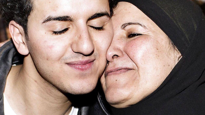 Basim med sin mor efter han vandt det danske Melodi Grand Prix 2014.