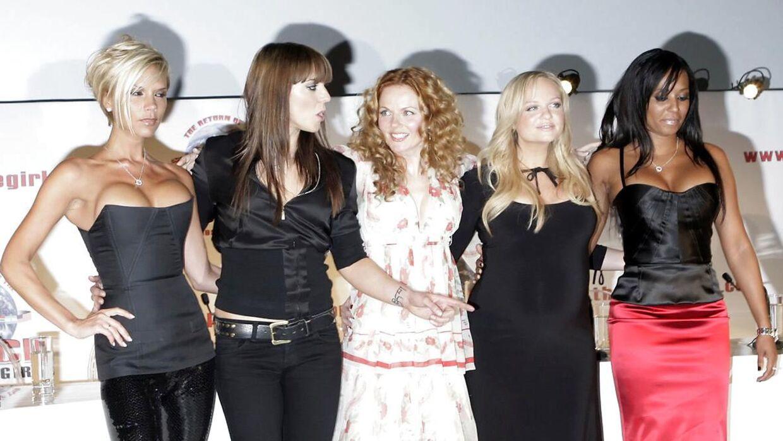 Victoria Beckham, Mel C, Geri Halliwell, Emma Bunton og Mel B udgjorde popgruppen Spice Girls.