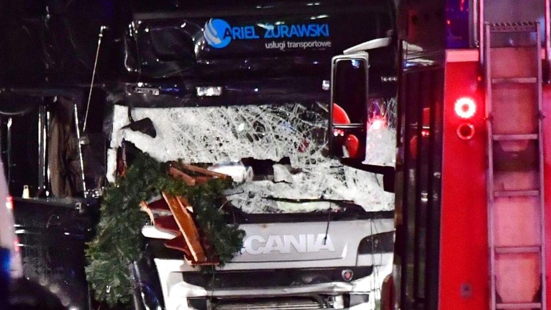 Lastbilen, der mandag aften kørte ind i en menneskemængde i Berlin og dræbte 12 og sårede næsten 50, var angiveligt blevet kapret. I lastbilen befandt sig også en mand, som var død, da politiet kom frem. Nu spekuleres der i, at det kan være den oprindelige chauffør.