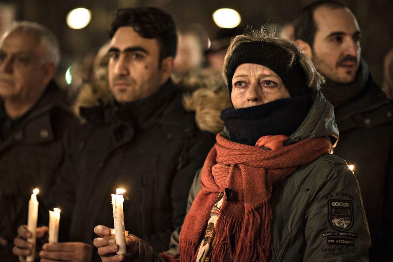 Blomster og mennesker ved Breitscheidplatz i Berlin den 20. december 2016, hvor alt er afspærret rundt om julemarkedet, hvor flere mennesker mandag aften blev kørt ned af en lastbil.