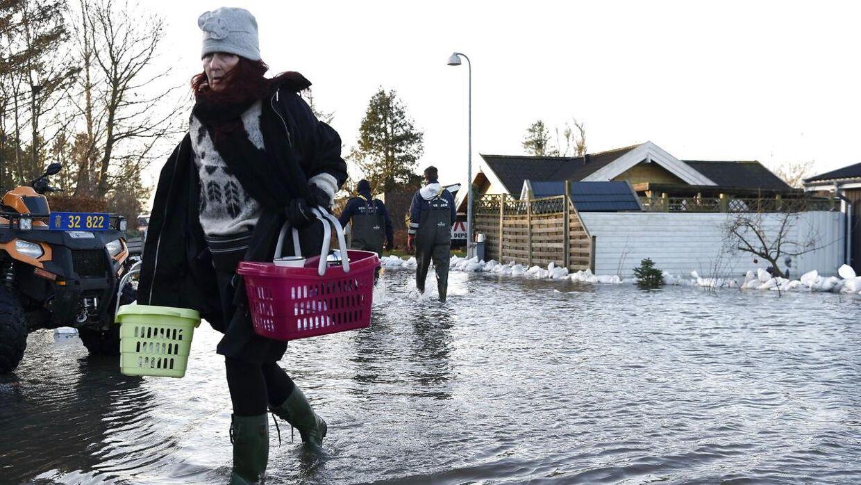 Oversvømmelser på Lærkevej i Jyllinge tirsdag morgen d. 27. december 2016, hvor stormen Urd i nattens løb har forårsaget forhøjet vandstand i Isefjorden og Roskilde Fjord. (Foto: Claus Bech/Scanpix 2016)