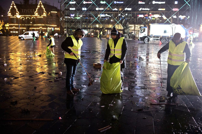 """Muslimer for Fred gør rent på rådhuspladsen søndag d. 1. januar 2017 efter nytårsaften i København. """"Islam er et arabisk ord, der betyder hengivelsen til fred, så der kan ikke herske nogen tvivl om at vi skal praktisere fred, """" siger Imad Malik, talsmand for Muslimer for Fred."""