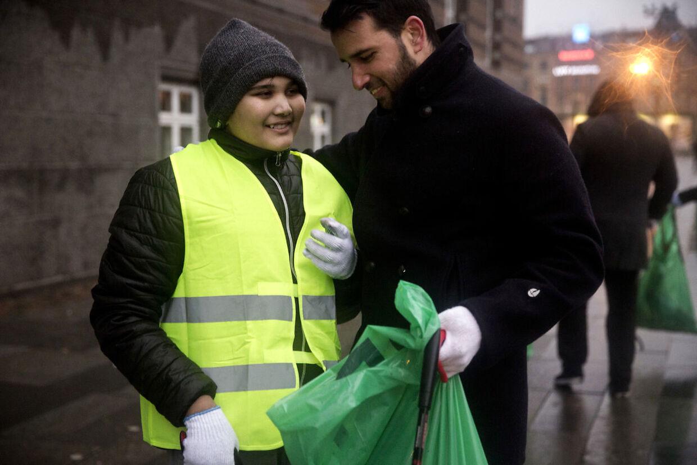 Muslimer for Fred gør rent på rådhuspladsen søndag d. 1. januar 2017 efter nytårsaften i København. Kashif (højre) giver Mohamed et kram.De er i samme menighed og kender hinanden derfra. Han er stolt over og glad for, at så mange unge dukker op, da han mener, det er en god værdi at lære. Mange stod op kl. 5 for at kunne være der tidligt om morgenen.