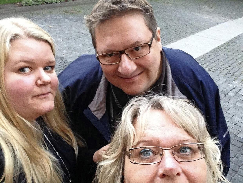 Maria Johansen med sin far og mor, Tore og Annette Seier.