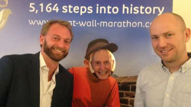 Lars Fyhr, tv., og Rune Nortoft fra Albatros hylder adventurepioneren Thomas Thomsen, som stikker hovedet frem.