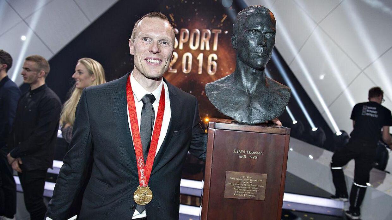 """DR afholdt lørdag aften deres store årlige Sportsgalla show, Sport 2016, i Boxen i Herning . Der blev uddelt forskellige priser i løbet af aftenen. Her er det """"Nyt medlem af Hall of Fame """" der blev Eskild Ebbesen (foto: Henning Bagger / Scanpix 2017)"""