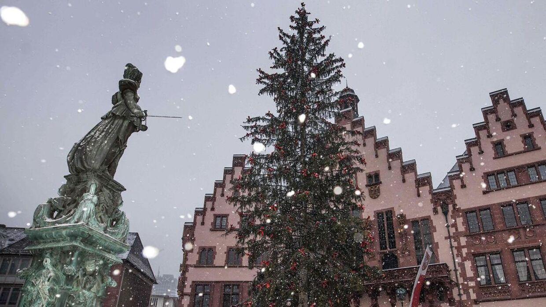 Roemerberg plads i Frankfurt am Main, hvor omkring 900 indbyggere er evakueret søndag den 8. januar.