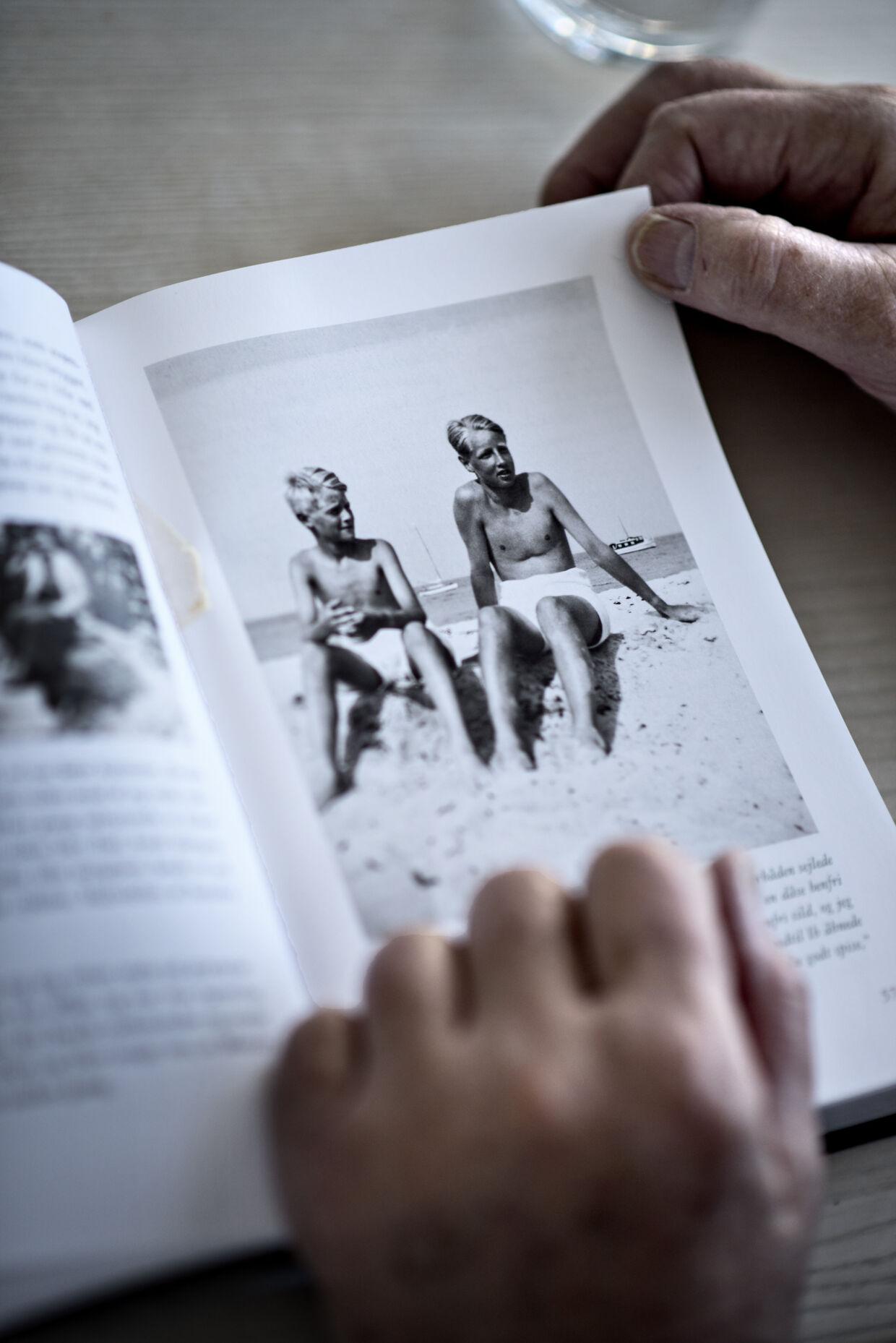 Bent Mejding bladrer i sine erindringer 'Mit liv som papegøje'. Her et foto af Bent selv og hans elskede storebror Ib.