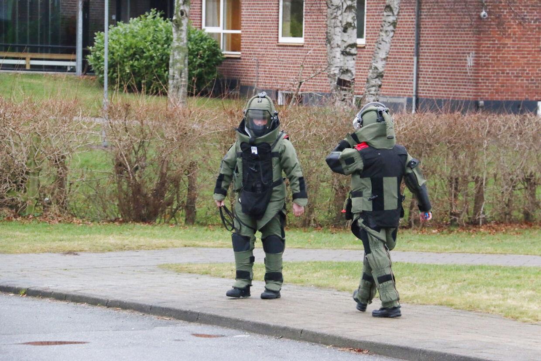 Bomberyddere ankommer til Rønde Skole på det sydlige Djursland, som mandag eftermiddag modtaget en bombetrussel.