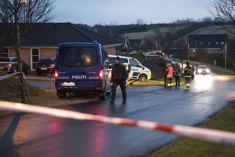Politiet fandt mandag seks døde mennesker i et hus på Amstrup Bakke syd for Ulstrup.