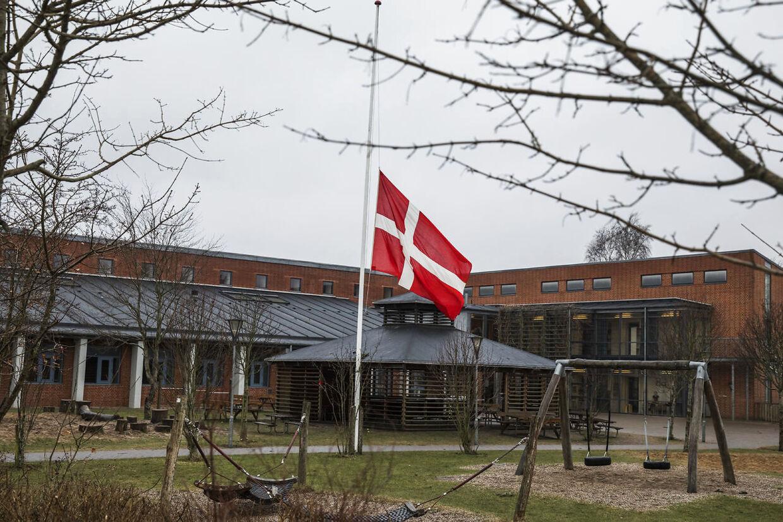 Ulstrup Skole flager på halvt dagen efter familien blev fundet døde. Dagen efter en familie på seks blev fundet døde i Ulstrup. Foto: Mikkel Berg Pedersen