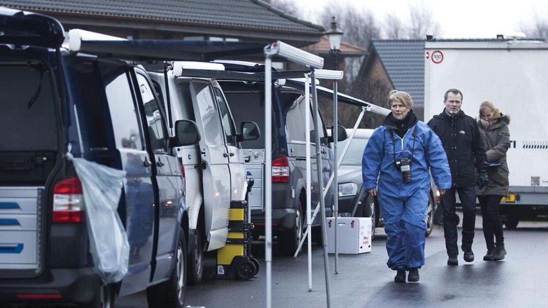 På gerningstedet i Ulstrup er fem biler samt en skurvogn fra kriminaltekniskafdeling på arbejde. Politiet betragter sagen som en drabssag. Dagen efter en familie på seks blev fundet døde i Ulstrup. Foto: Mikkel Berg Pedersen