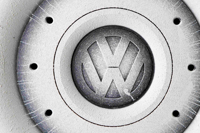 Den tyske bilfabrikant Volkswagen skal betale 2,8 milliarder dollar i bøde til USA. Desuden er indgået forlig om 1,5 milliarder dollar for brud på blandt andet miljøloven og toldreglerne. Det hele skylden et stykke software, som snød miljømyndighederne. Reuters/Michaela Rehle