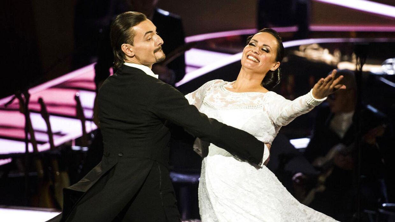 Marc Mariboe Christensen og dansede med sanger Julie Berthelsen i seneste sæson af Vild med Dans. Privat danner han par med en helt anden kvinde - og nu skal de giftes.