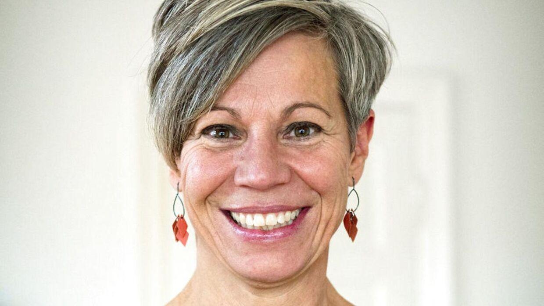 Trine Rønnov er uddannet læge og havde fuld gang karrieren som praktiserende læge, da hun gik ned med stress og måtte sygemeldes i fire måneder. I den proces, der fulgte endte hun med at gå en anden vej arbejdsmæssigt og sælge sin praksis. Hun arbejder i dag med kursister ifht meditation og mindfulness og vejen til en stress fri tilværelse