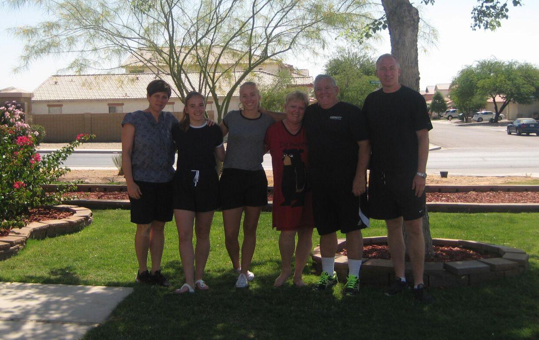 Familien Rasmussen sammen med Amalies værtsfamilie i Casa Grande, Arizona. Fra venstre mod højre ses Lisbeth, Julie, Amalie, værtsparret Karen og Gary og Ulrich.