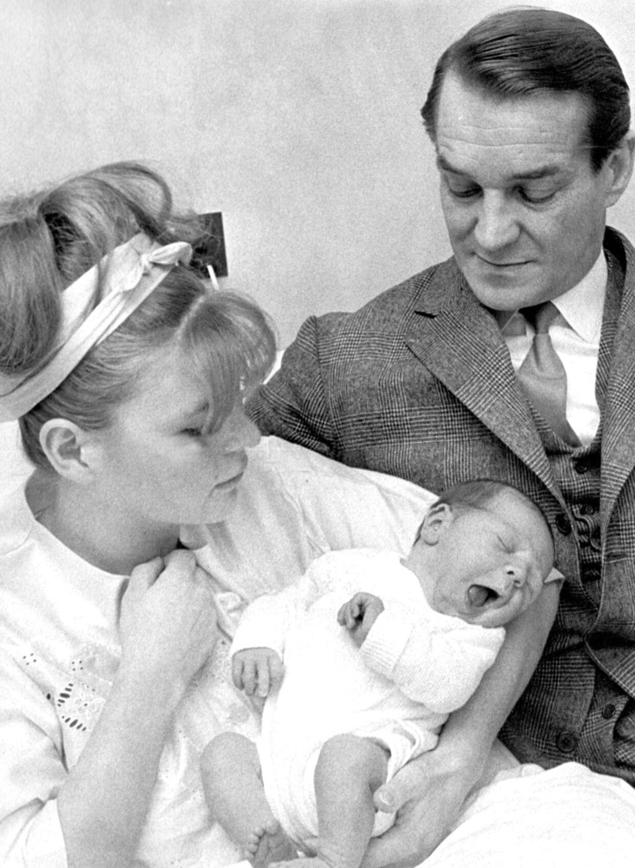 Lone Hertz og Axel Strøbye fotograferet i 1966 med deres nyfødte søn Tomas.
