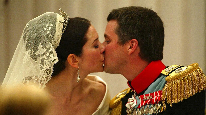 De er glade for hinanden, vores kronprinsepar, men at kronprinsen skulle have købt en ø til sin kone for at vise hende sin kærlighed, har altså ikke noget på sig. (Arkivfoto)