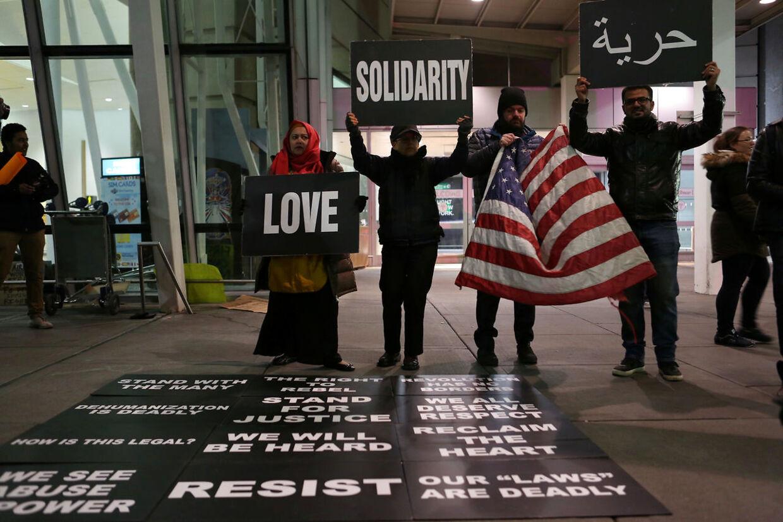 Demonstranter protesterer over Donald Trumps dekret i JF Kennedy-lufthavnen, New York.