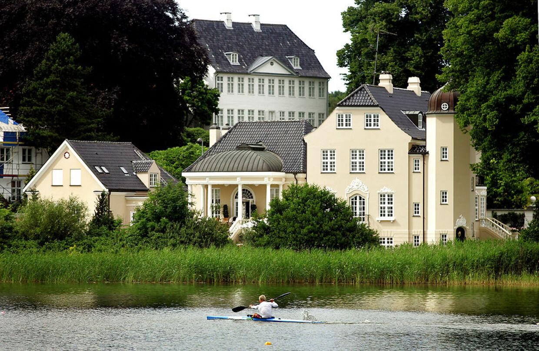 Denne ejendom tilhørte ejendomsmæglerne Peter Norvig og Hanne Nørrisgaard, men som parret af økonomiske grunde ikke længere ejer. Ejendommen blev solgt for 45,5 mio. kr..