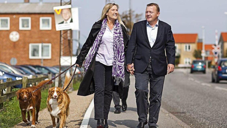 Lars Løkke Rasmussen og hustru Sólrun lufter hunde under valgkampen til folketingsvalget i 2011.