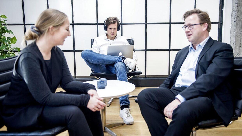 Virksomheden IIH Nordic har indført 4 dages arbejdsuge, og tildelt medarbejderene adgang til koncentrationsfremmende musik.De er begejstrede for tiltaget. Direktør Henrik Stenmann til højre.