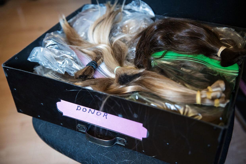BT journalist Jonas Melander lader de lange lokker falde og donerer sit hår til Kræftens Bekæmpelse. Frisør Ofia Seghaou klippede håret i salonen på Frederiksberg, der bagefter blev afleveret til parykmager Lene Lilkær.