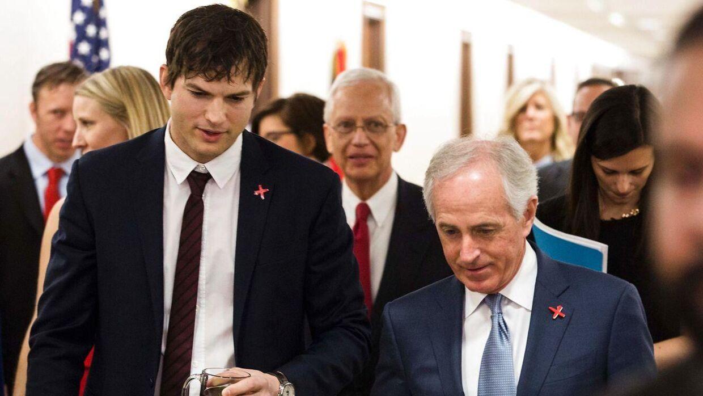 Ashton Kutcher til høring i det amerikanske Senats udenrigspolitiske komité. Her sammen med komitéens formand, senator Bob Corker.