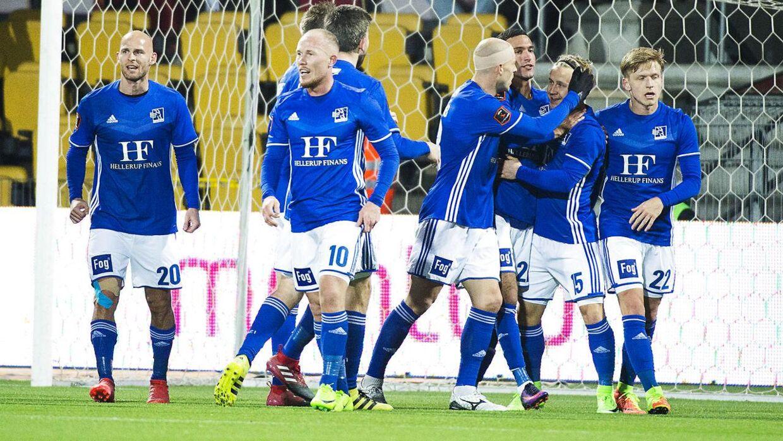 Glade Lyngby-spillere fejrer David Boysens mål til 1-0 mod FCN. Lyngby vandt kampen med 1-0.