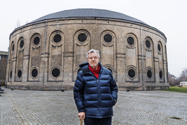 Morten Grundwald foran Østre Gasværk, som han i 80erne var med til at starte som teater. Foto: Claus Bech