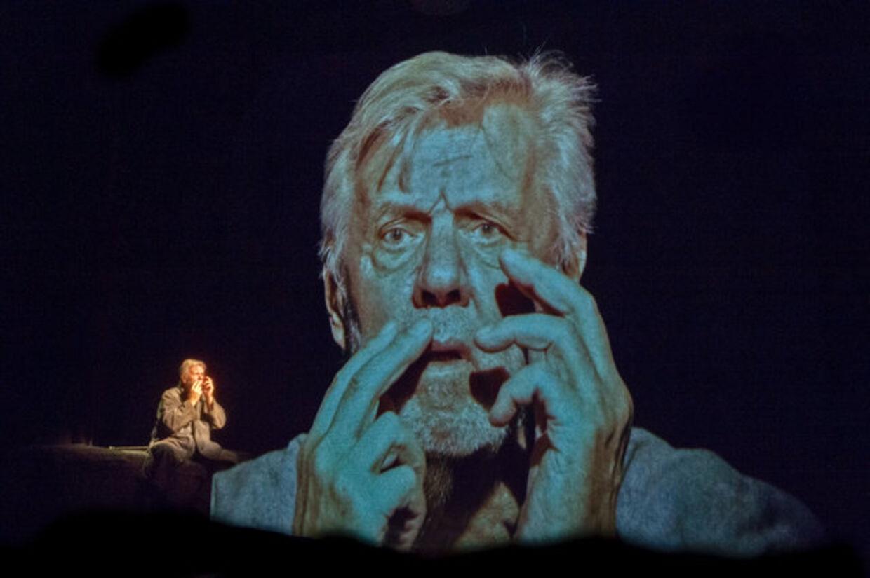I stykket '3 x Beckett' – som bliver hans sidste optræden på de skrå brædder – har Morten Grunwald ikke en eneste replik. Hans spil består i at lide og kæmpe imod den indre stemme, der kværner i hans hoved. Foto: Østre Gasværk