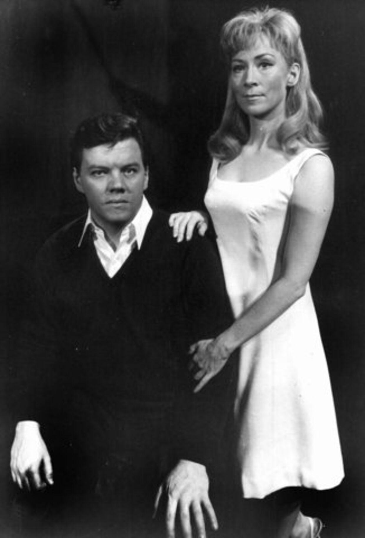 'Årh, det er min kære kone. Det er fra 'De fire årstider' på Det Ny Teater i 1967. Der havde vi allerede spillet sammen flere gange. Første gang vi var på scenen sammen var det virkelig guf for underholdningsbranchen. For Lily spillede min mor og det fik de meget ud af. Men vi havde det skønt.' Foto: Hakon Nielsen