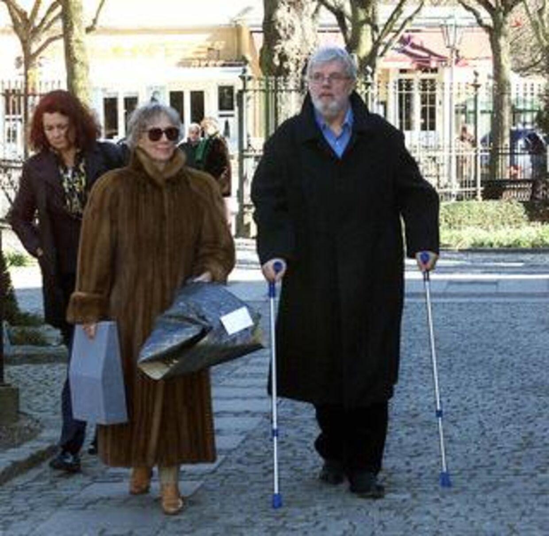 Morten Grunwald har gennem årene måttet tage afsked med rigtig mange kolleger og venner. Her ankommer han sammen med sin kone til Marguerite Vibys begravelse. Foto: Bent K. Rasmussen