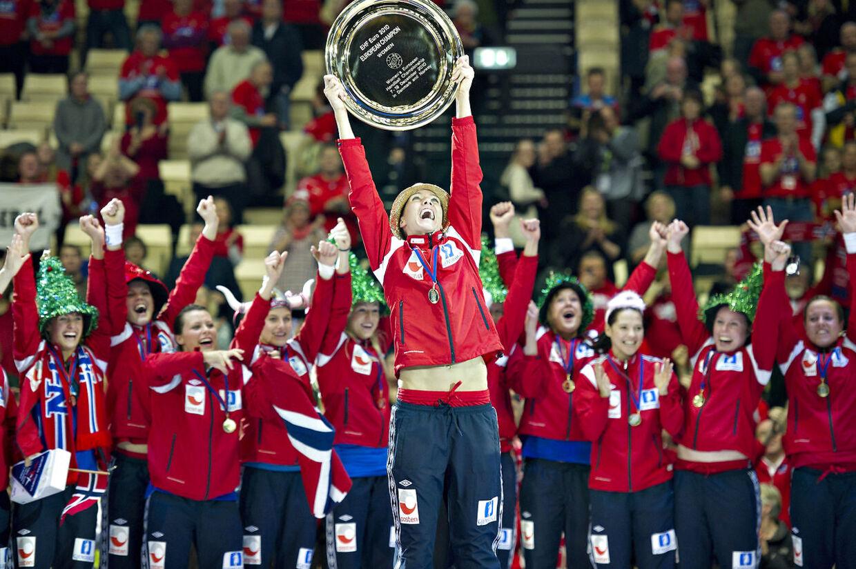 EM håndbold 2010 for kvinder.De norske kvinder fejrer europamesterskabet søndag d. 19. december 2010 i Herning. Det er Gro Hammerseng med trofæet.
