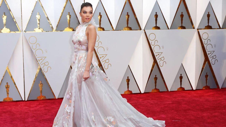 Skuespillerinde Hailee Steinfeld i hvid kjole på den røde løber.