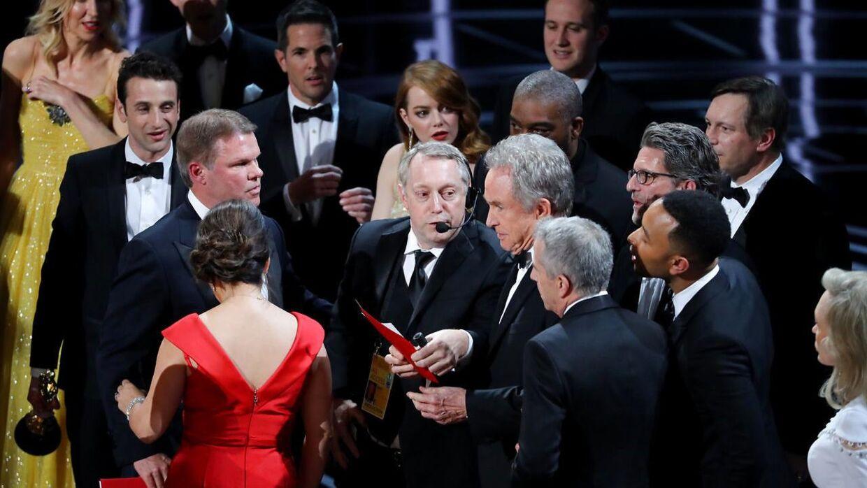 Warren Beatty holder kortet med vinderen af bedste film op. Det blev filmen 'Moonlight', som vandt for bedste film, men først efter 'La La Land' var blevet udråbt som vinder og fejringen var i gang.